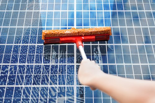 cleaning_solar_panel_with_squeegee